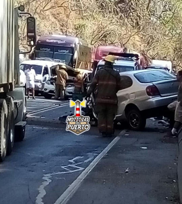 Photo of Colisión múltiple deja 4 personas heridas en Caldera