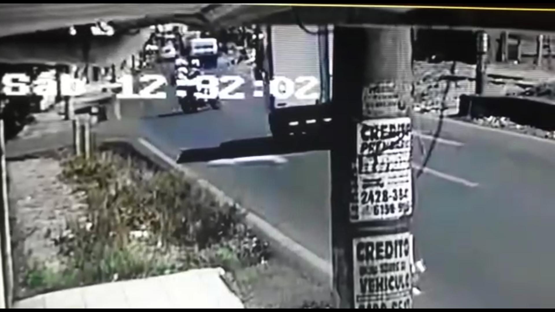 Photo of Camión vuelca al esquivar motociclista