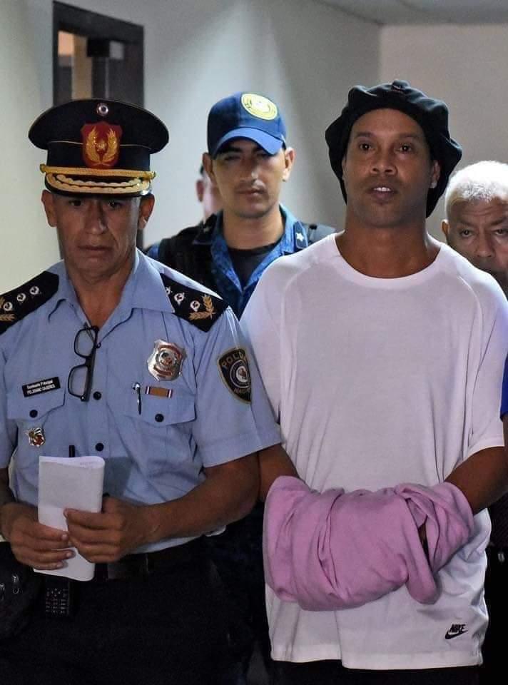 Photo of El astro del fútbol Ronaldinho Gaucho fue detenido por portar pasaporte falso en Paraguay