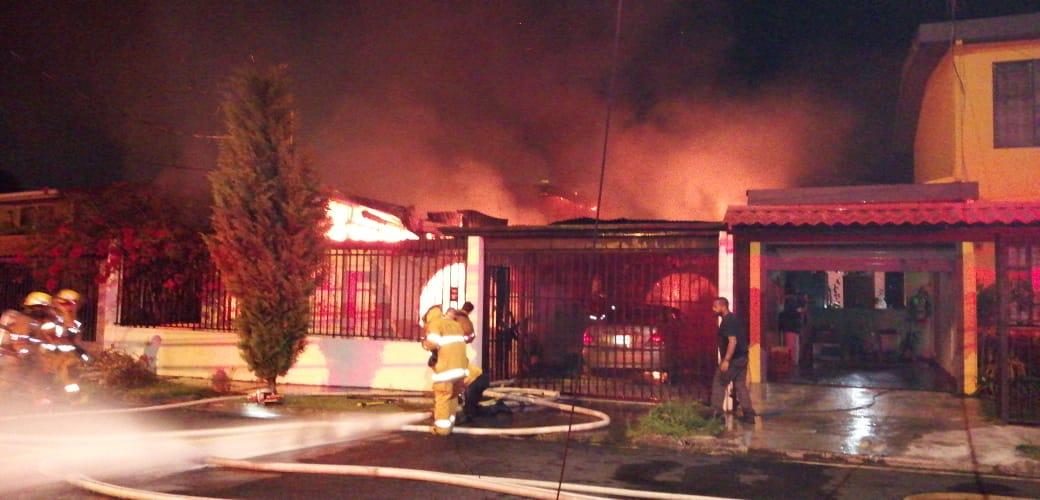 Photo of Cuatro personas miembros de una familia mueren quemados en incendio de vivienda.